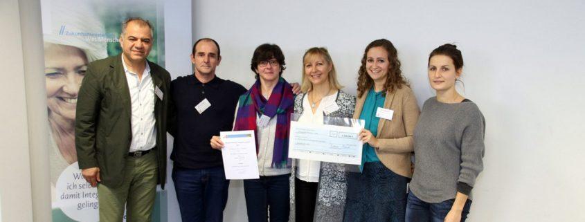 Foto (von links nach rechts): Edwin Malek, Elbrus Abaza, Mai Abaza, Monika Hoenen, Marina Beck und Angelika Labuschewski nahmen stellvertretend für den Helferkreis Dinkelsbühl die Auszeichnung entgegen.