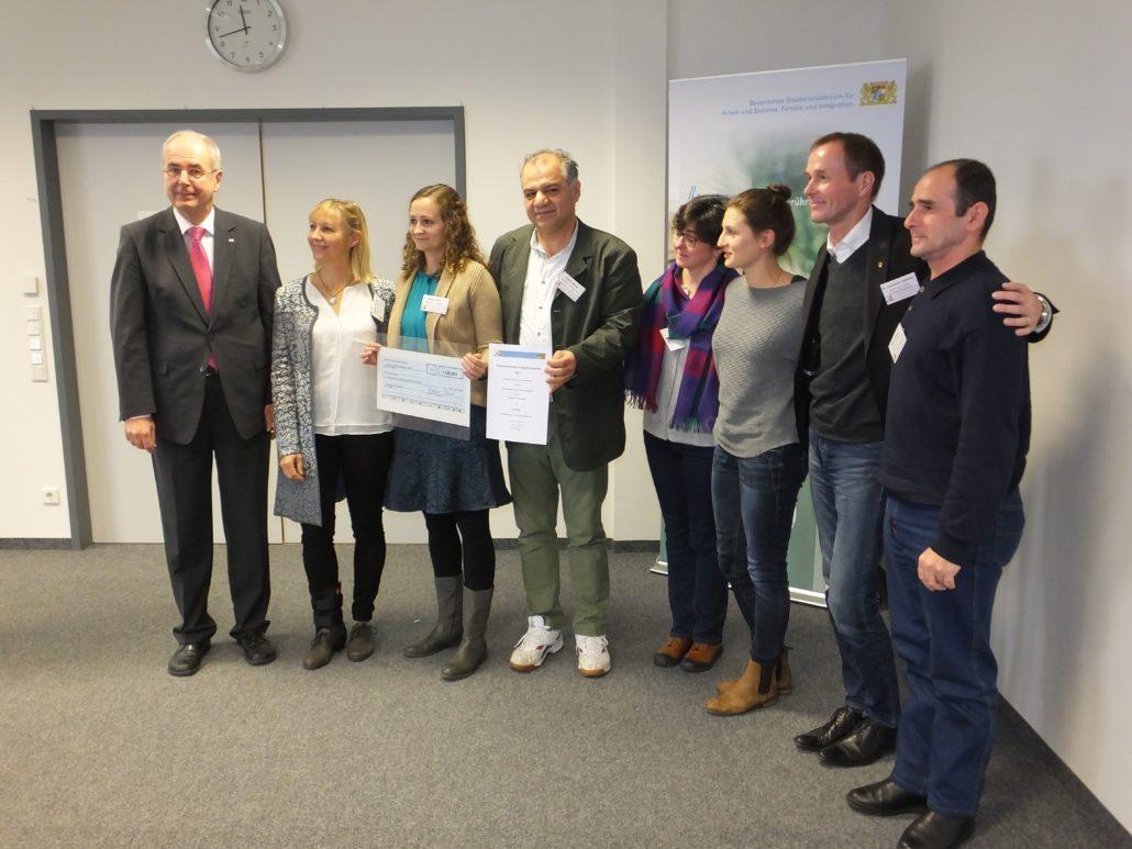 Entgegennahme der Auszeichnung vom Regierungspräsident Dr. Bauer (1.v.l.), unter Anwesenheit des Dinkelsbühler OB Dr. Hammer (2.v.r.)
